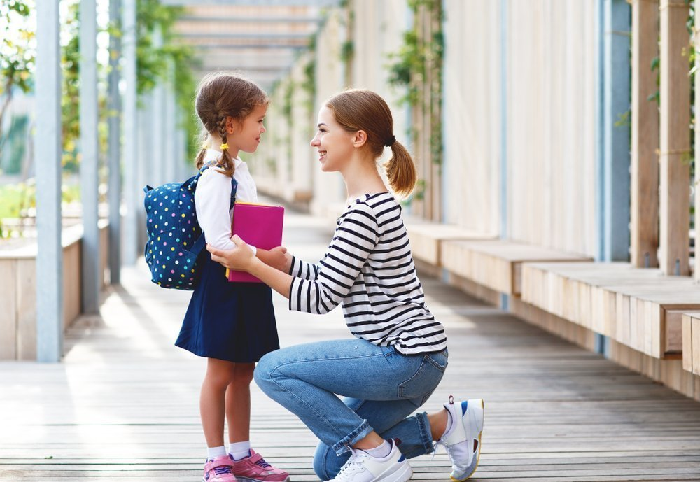 Картинка ребенок с мамой идут