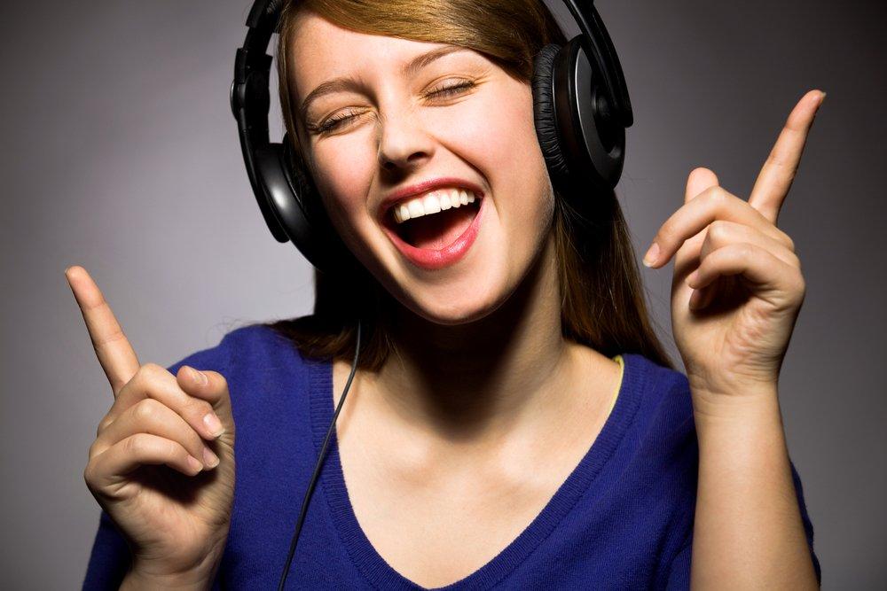Человек слушающий музыку картинка