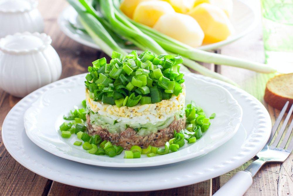 короткий салат из печени трески слоями с фото яркий красный цвет