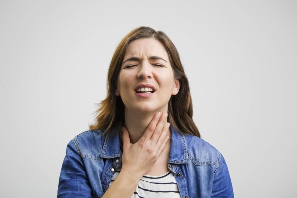 Почему першит в горле и что делать?