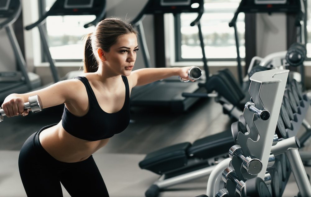 Особенности занятия фитнесом с разведением гантелей в стороны