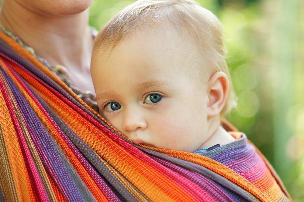 Ребенок плачет в слинге — надо помочь