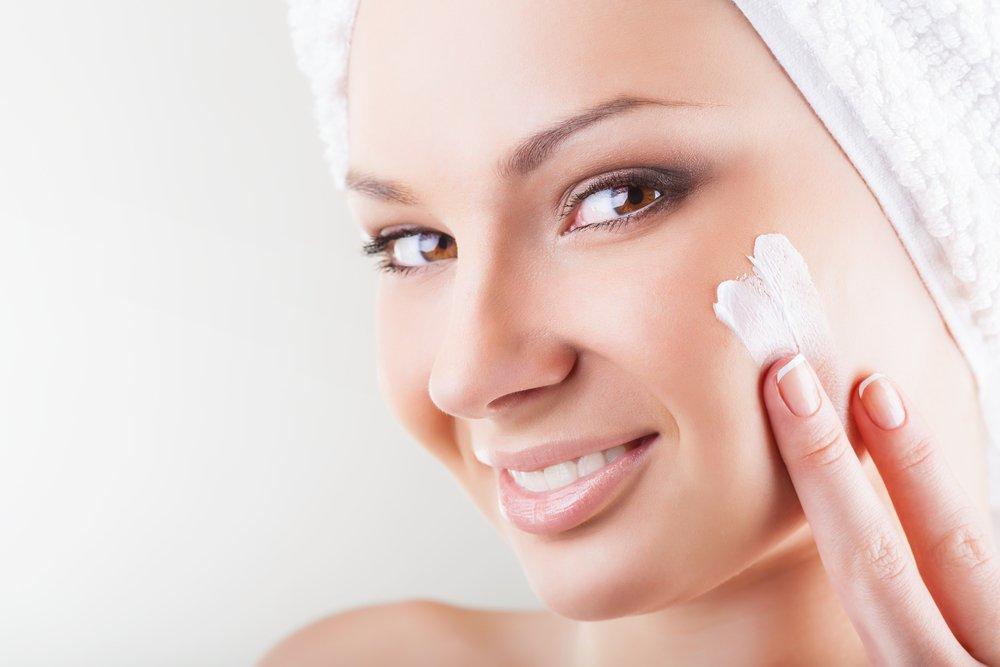 Очищаем лицо перед нанесением косметики