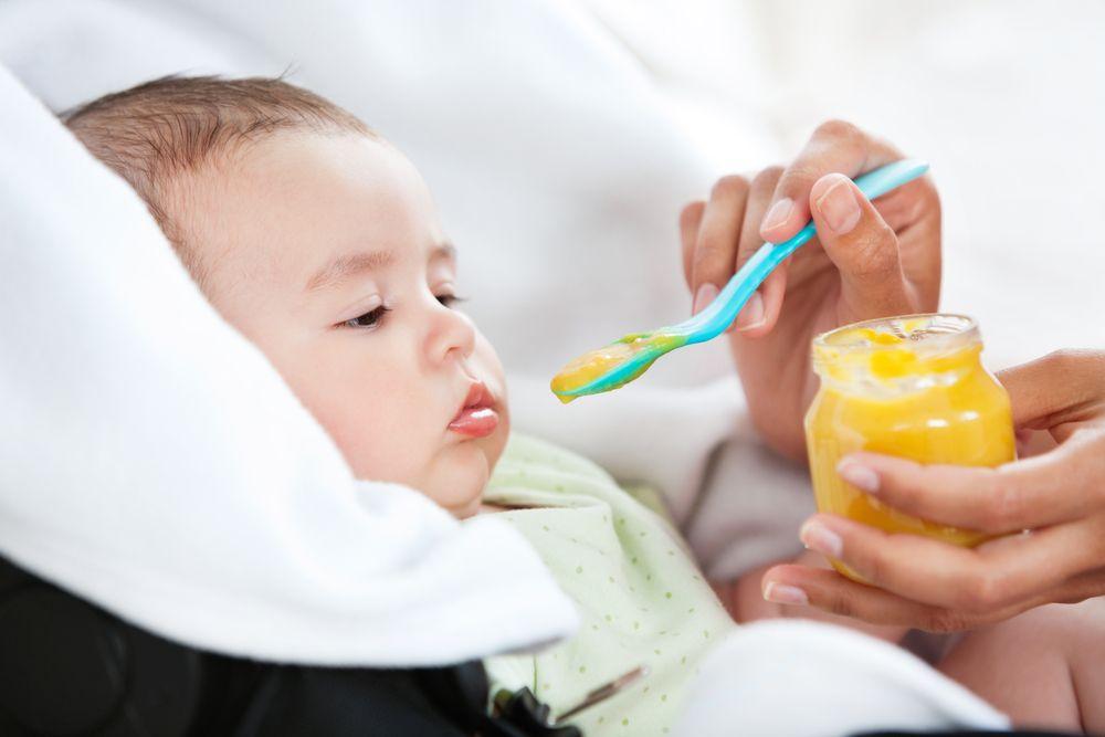 Малыш знакомится с прикормом