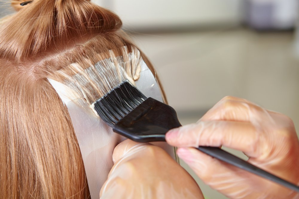 Как покрасить несколько прядей волос в домашних условиях
