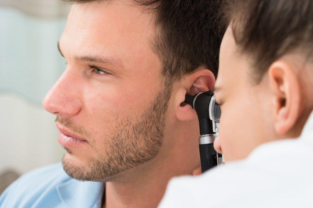 Какой врач лечит заложенность уха