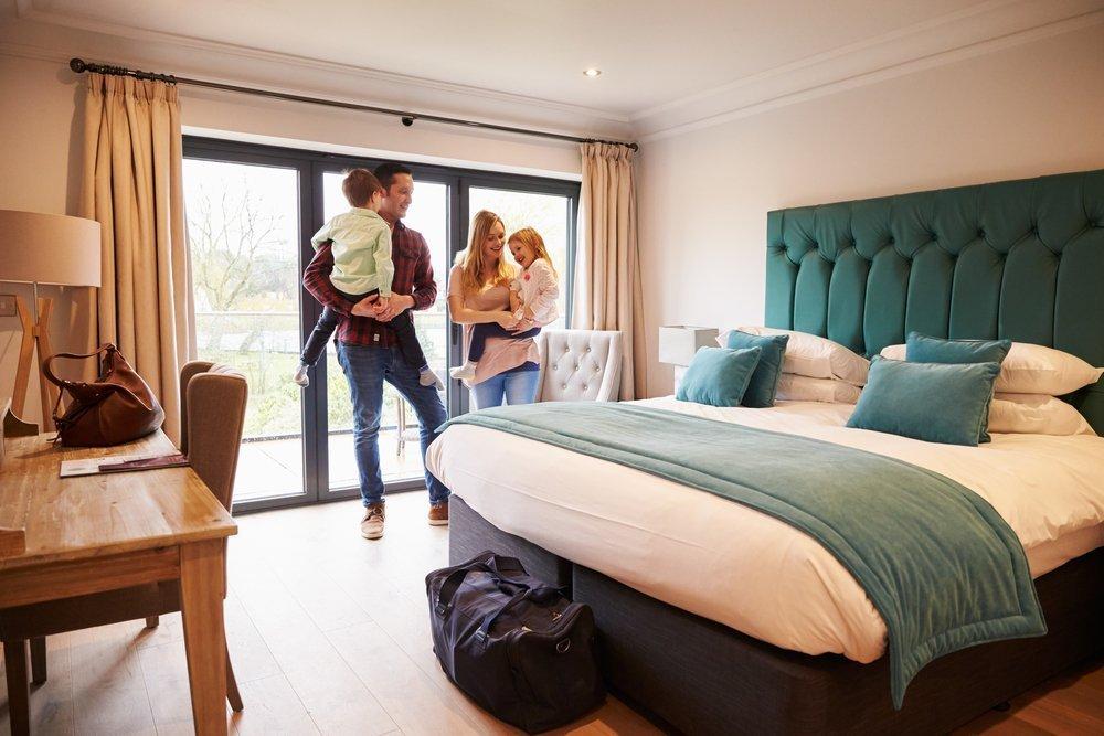 Основные опасности для ребенка в гостиничном номере