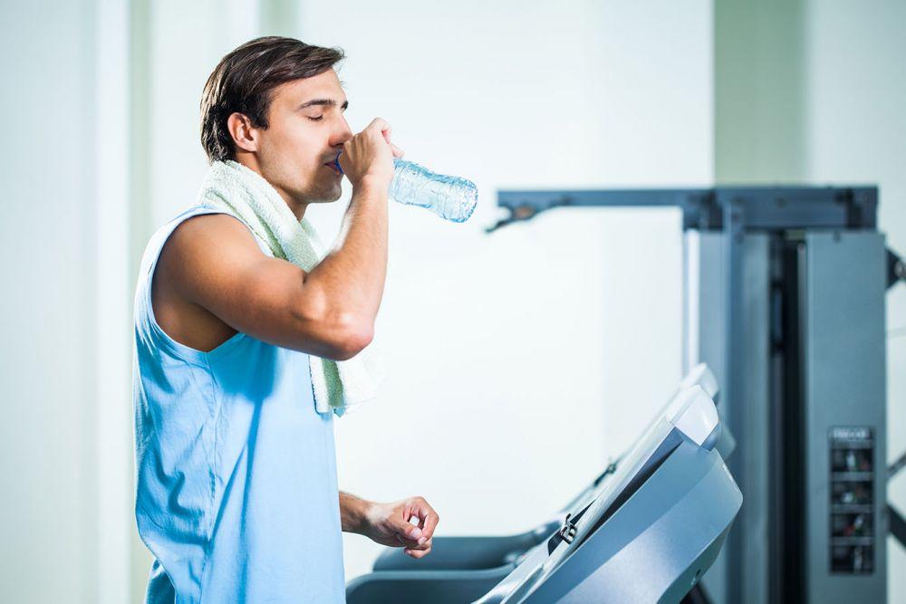 Питье во время фитнес-тренировки