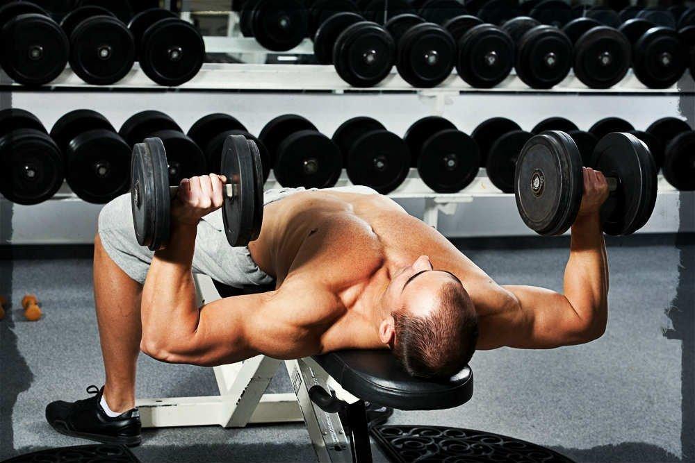Упражнение «Французский жим гантелей лежа» для усиления нагрузки на трицепсы