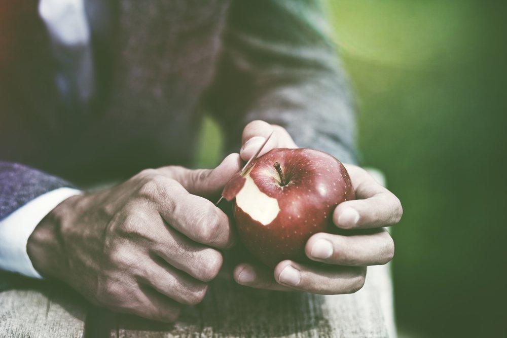 Очищать фрукты от кожуры
