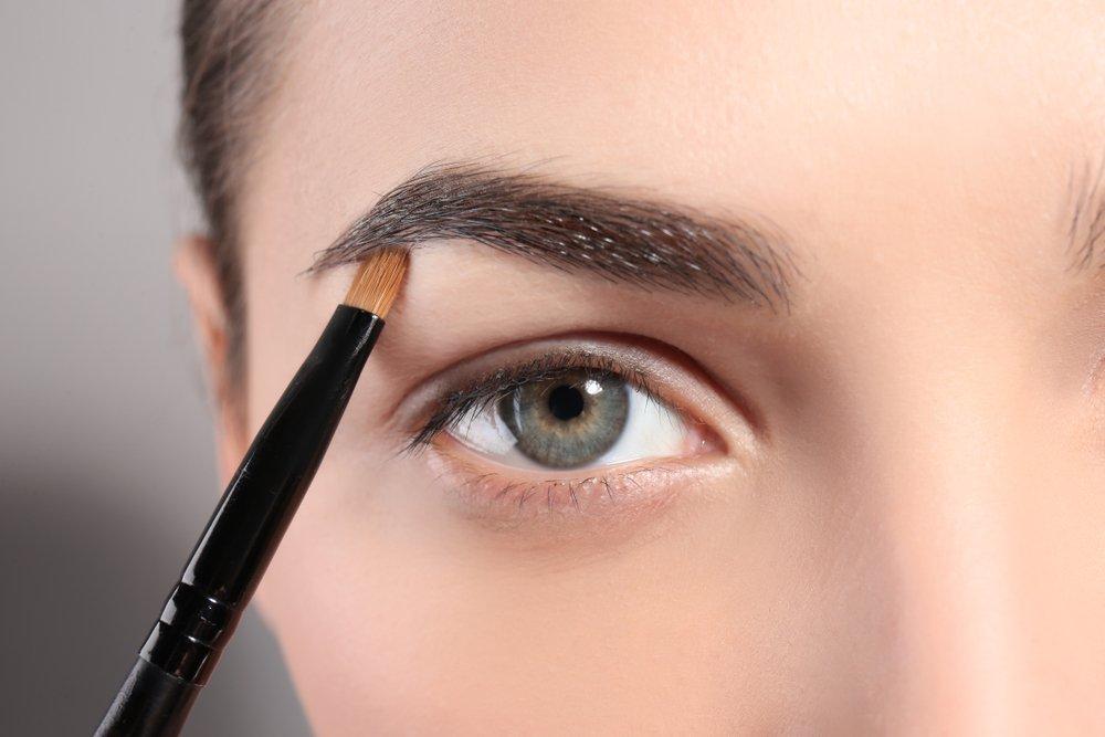 Перед нанесением макияжа очистите кожу
