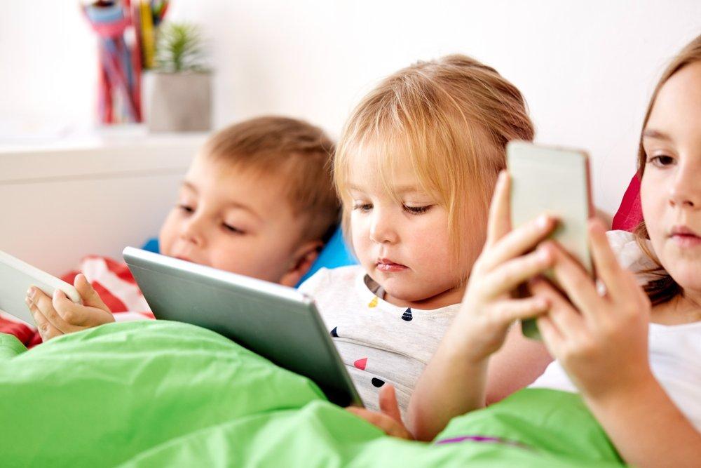 Поколения почти не отличались, пока не появились смартфоны
