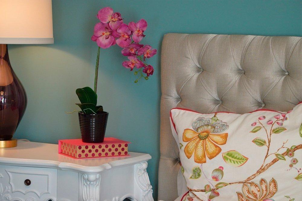Самое красивое хобби для женщин — цветы в спальне