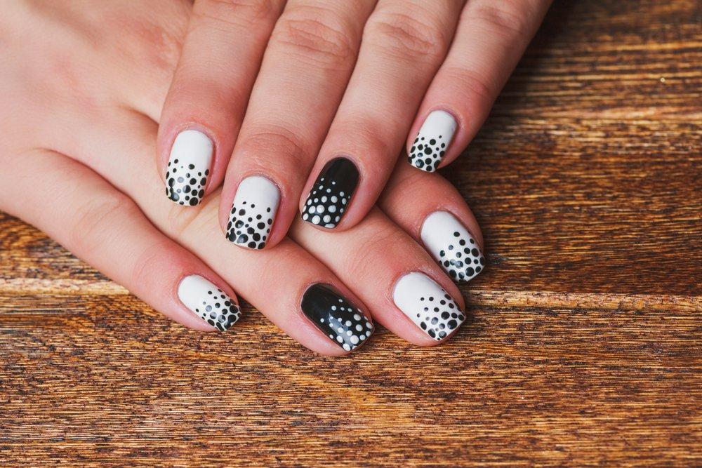 Черно-белый градиент на ногтях
