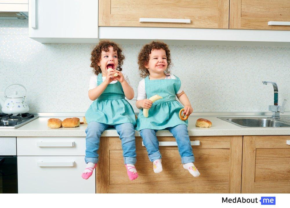 Дети-близнецы в семье: уход и воспитание