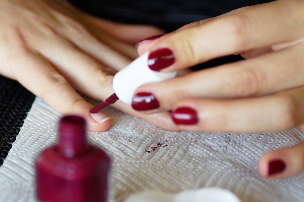 Выбирайте оттенки лаков, которые удлиняют короткие ногти