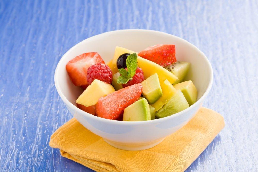 Салат из свежих ягод и авокадо