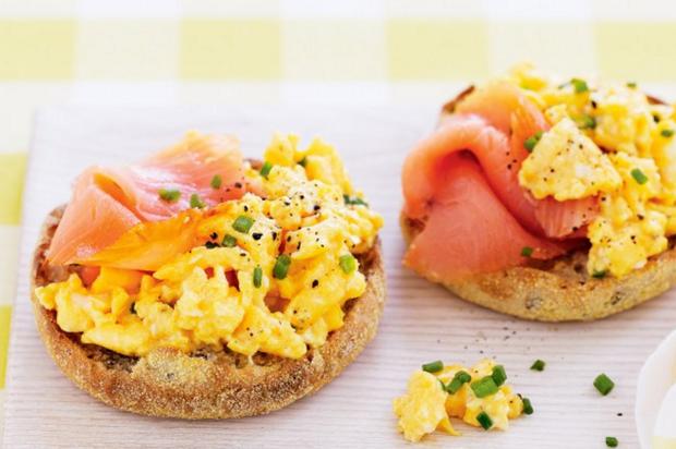 Тосты с яйцом и копченым лососем Источник: kitchenmag.ru