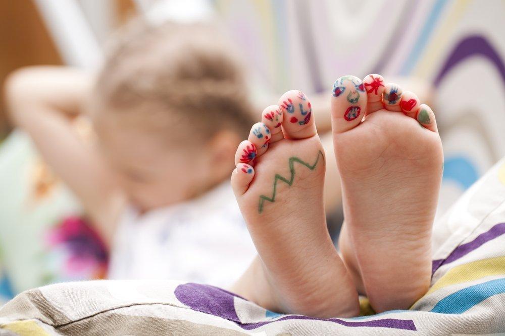 Как помочь ребенку снять боли в ногах?