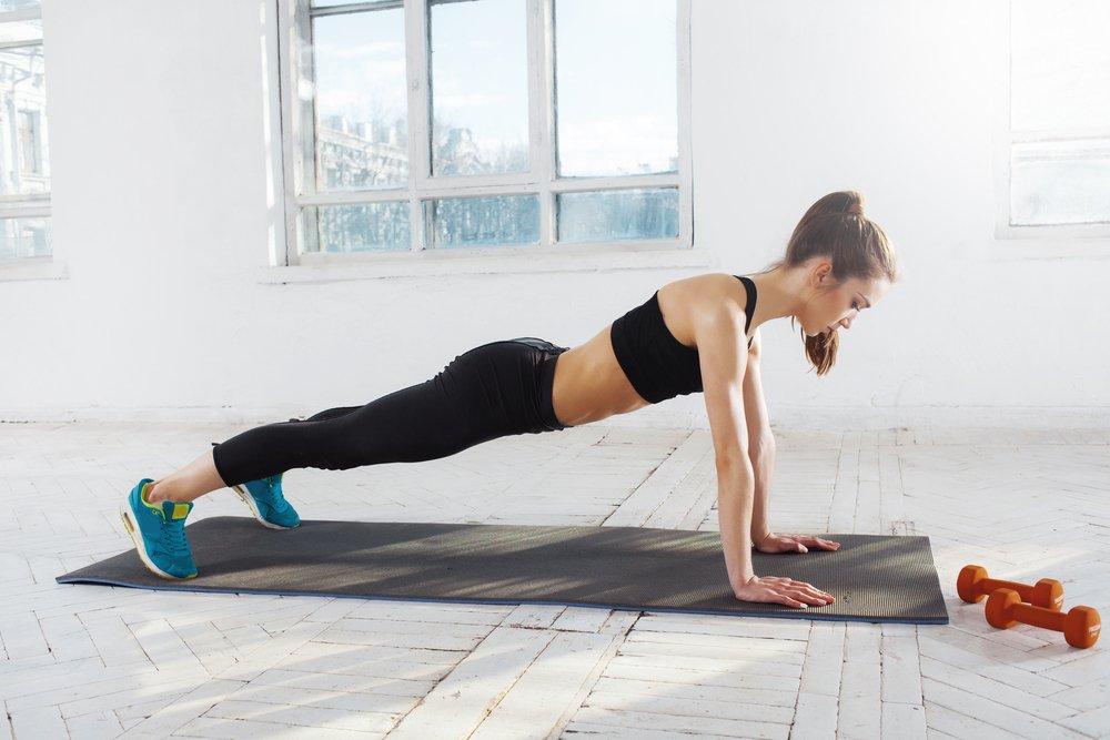 Фитнес-тренировки с мячом и амортизирующей лентой