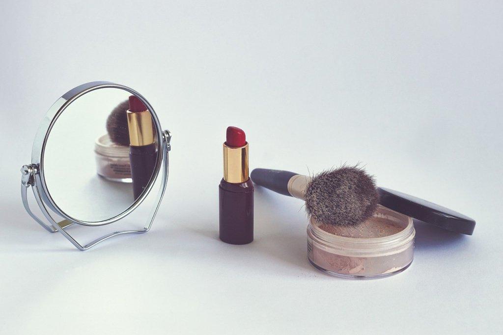 Ошибка №7: не использовать прозрачную пудру, чтобы закрепить макияж