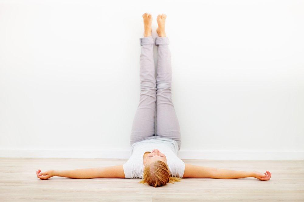 Комплекс упражнений лежа с поднятыми ногами