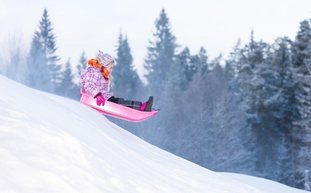 Катание с горок — любимая зимняя забава любого ребенка