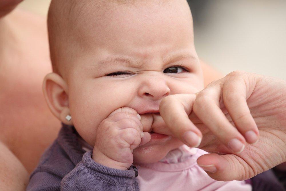 Народный совет №1. Намазать десна малыша чесноком — зуб быстрее прорежется