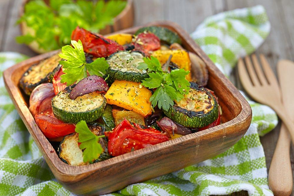 Как приготовить салат-закуску с овощами и мясом?
