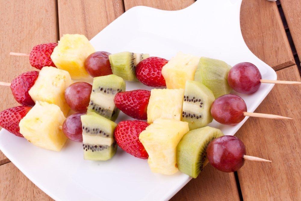 Ягоды и фруктовые кусочки на шпажках