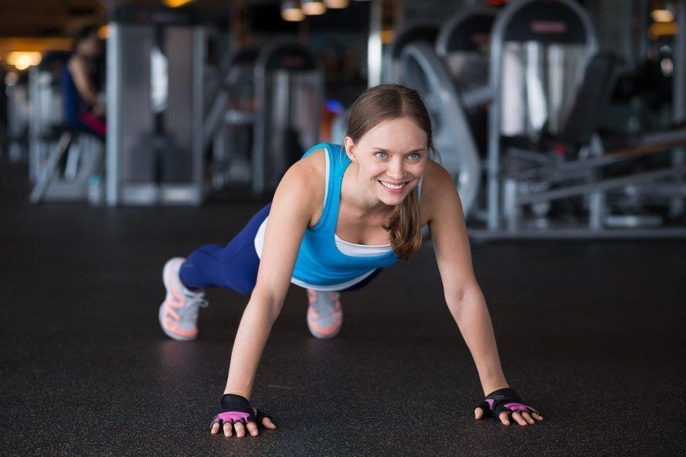 Выполнение упражнения «Планка» на фитнес-тренировке