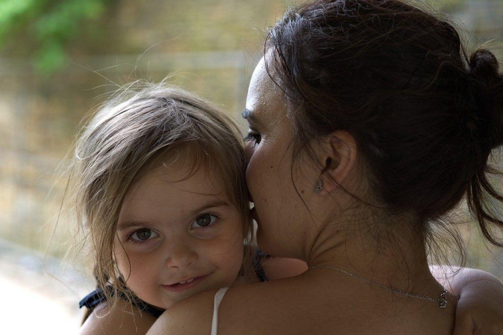Как зарождается здоровая привязанность чада к матери?