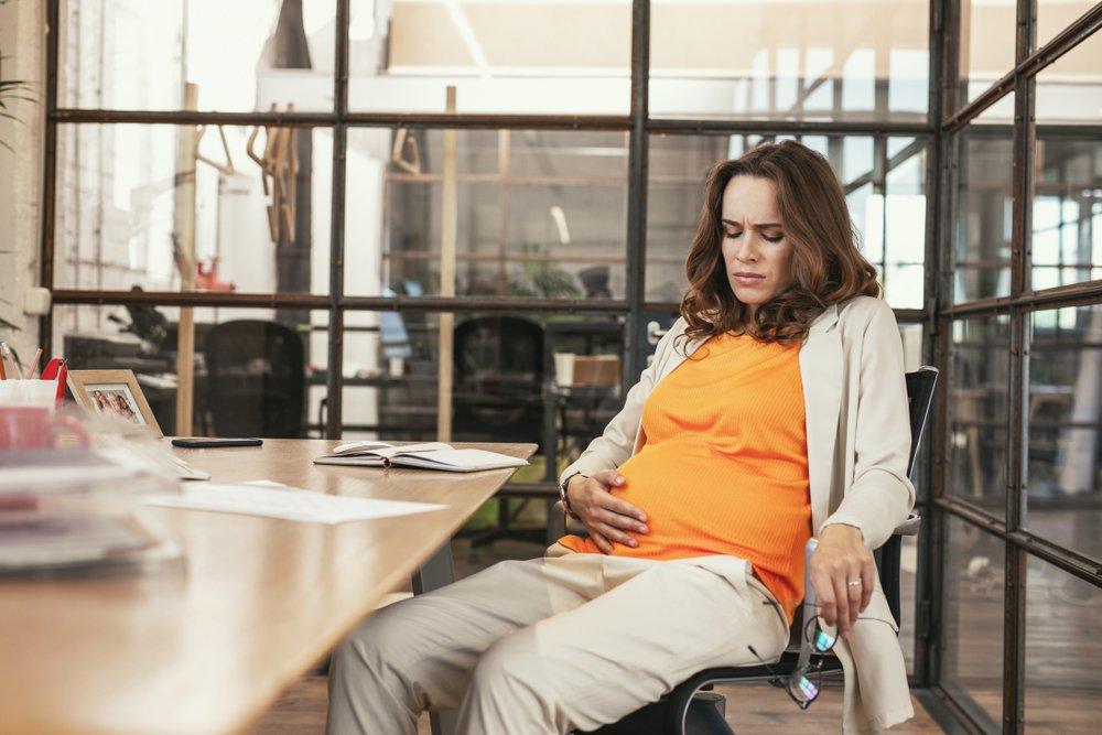Если беременная работает по срочному трудовому договору