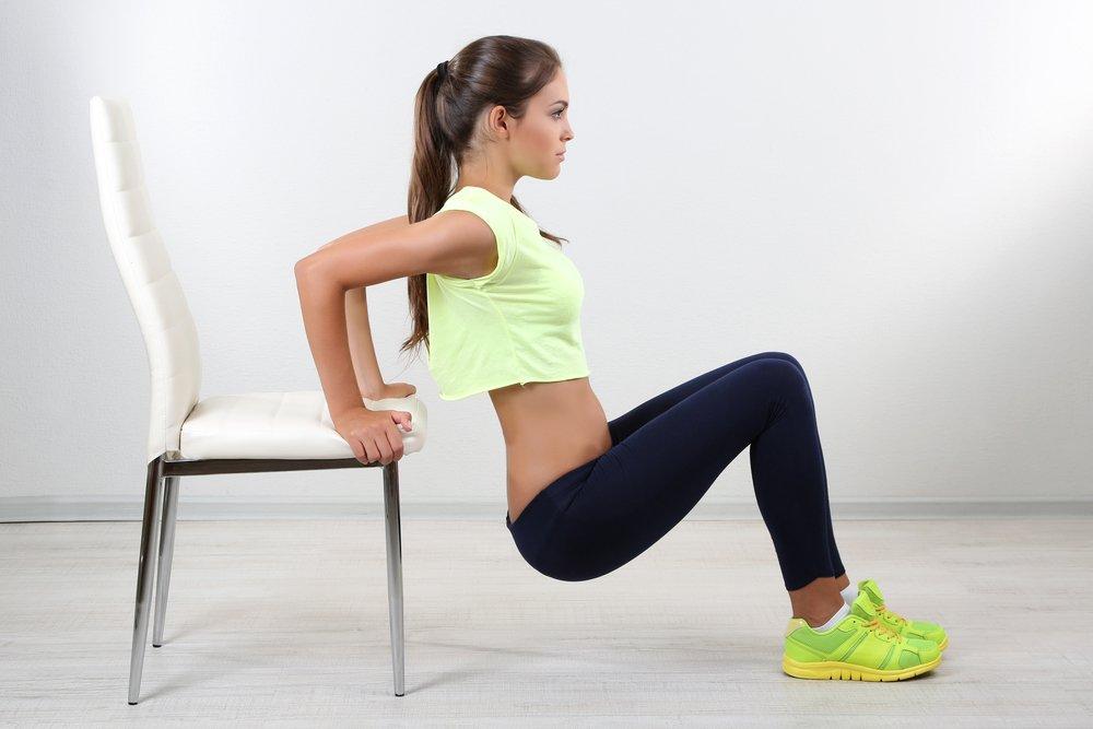 Выполнение упражнения на скамье