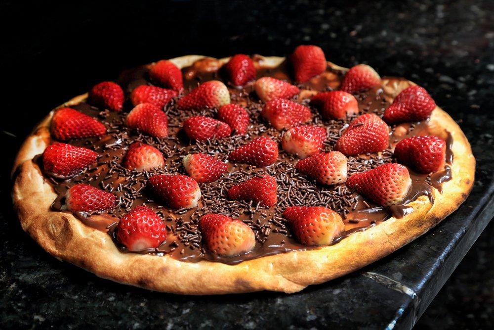 Полезные рецепты: шоколадная пицца с клубникой
