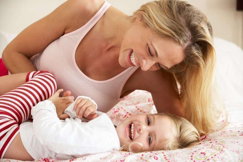 мама с дочкой ласкают свои киски