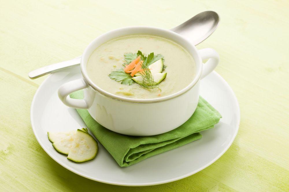 Первое блюдо для малыша: витаминный суп-пюре с кабачком брокколи и яблоком