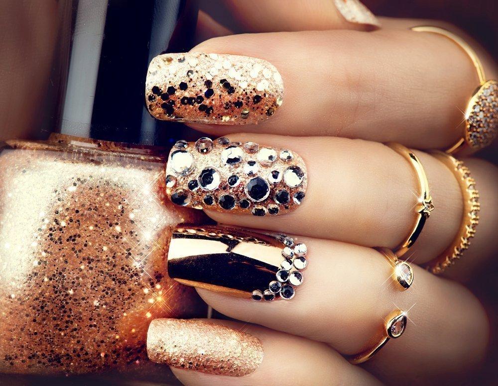 Блестящие стразы на ногтях
