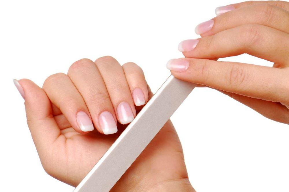 Неправильно подпиливать ногти во время маникюра в домашних условиях