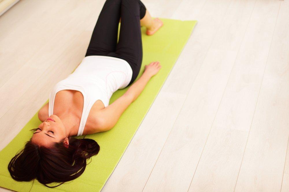 Упражнения после повреждения мениска, выполняемые лежа на полу
