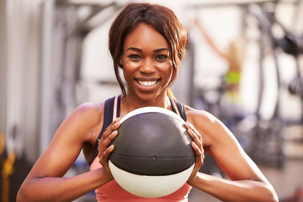 Упражнение 8: Боковые выпады с мячом в руках
