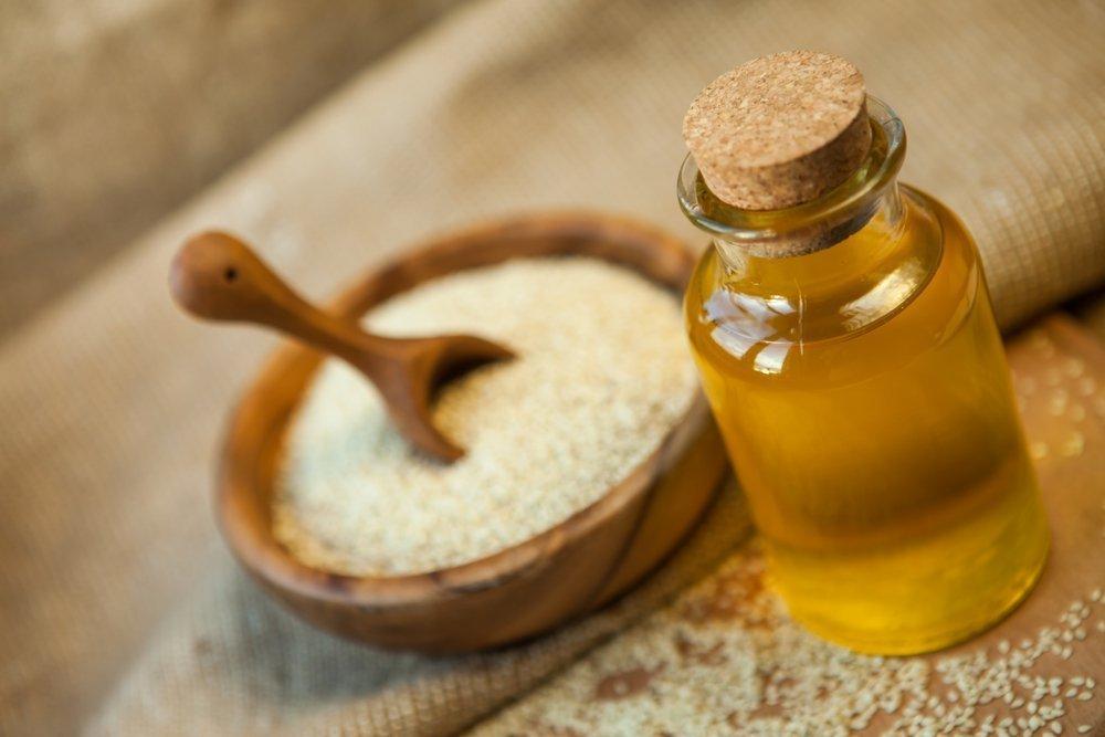 Красота и здоровье локонов: польза кунжутного масла