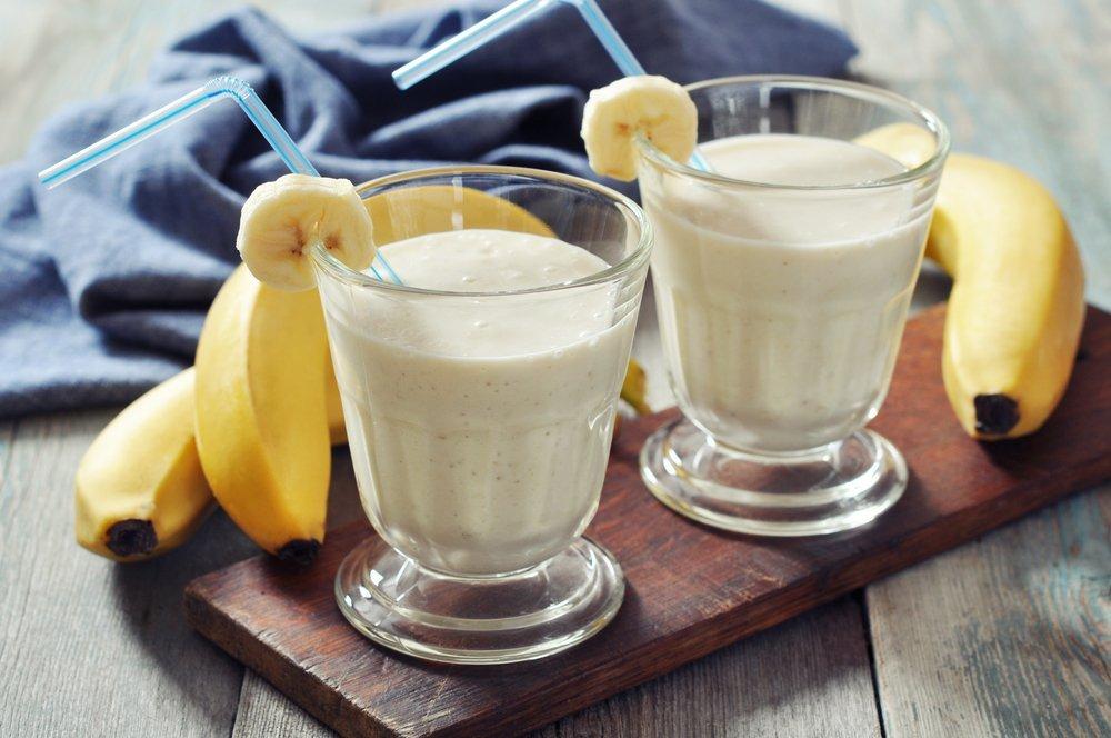 Смузи из банана, киви, малины и смородины