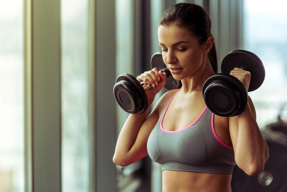Фитнес-тренировки для женщин: особенности работы с отягощениями