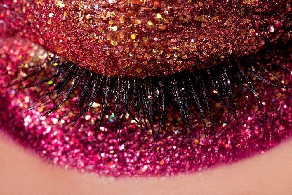 Тонкости макияжа блестящей декоративной косметикой