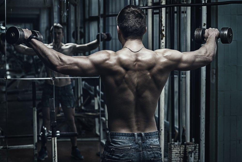 Упражнения для плеч, выполняемые с гантелями