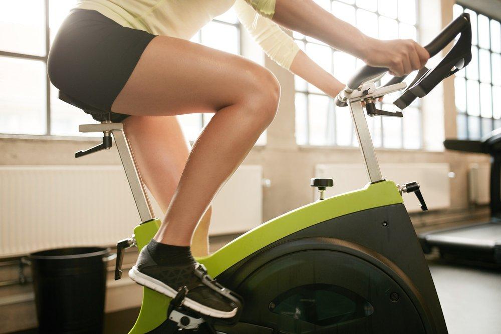 Программа фитнес-тренировок, включающая занятия на велотренажере