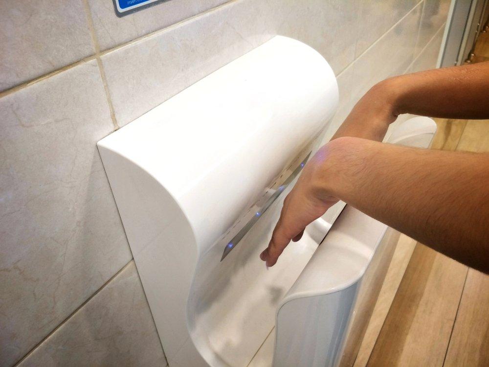 Использовать электрическую сушилку для рук