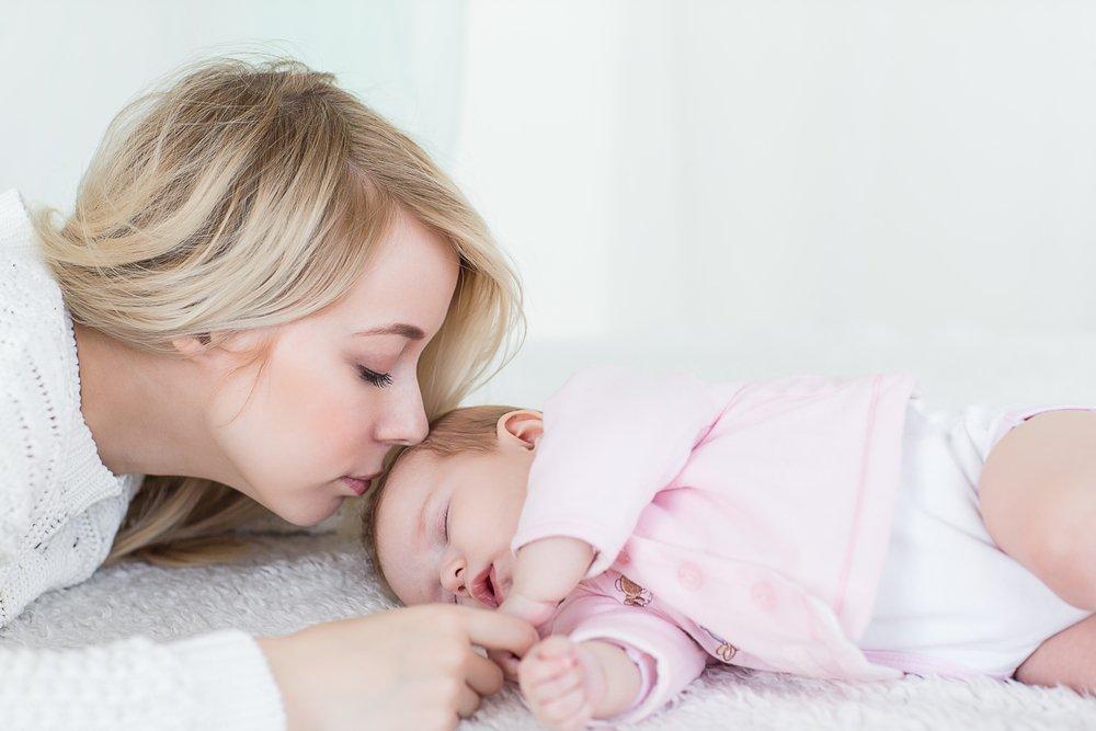 Класть ребенка в кровать сонным, а не спящим