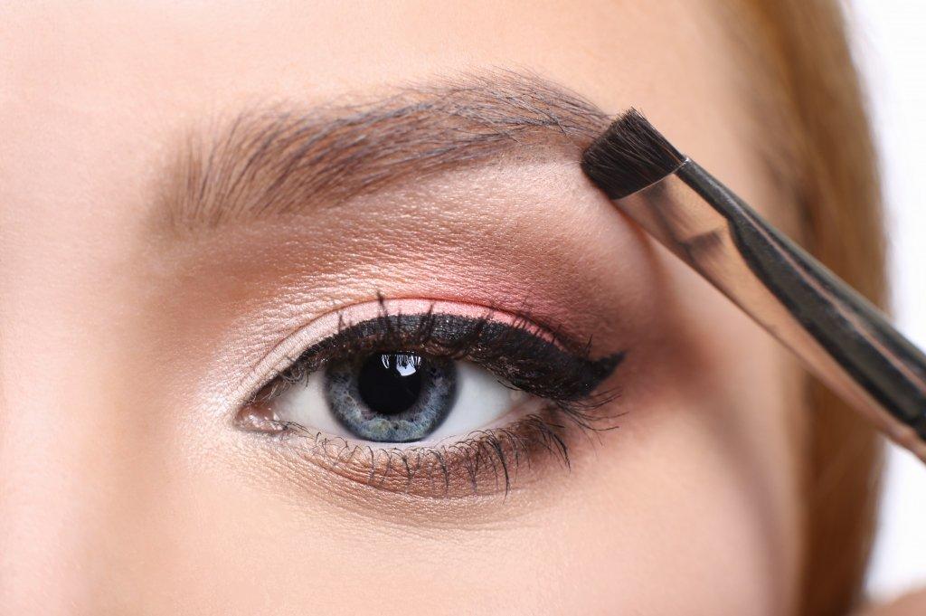 Берите несколько оттенков, чтобы сделать красивый макияж бровей
